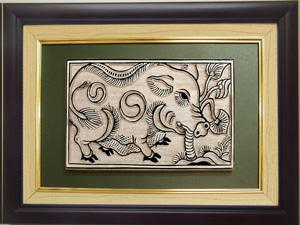 Tranh khắc gỗ đông hồ Lợn Ăn Cây Ráy 32cm x 25cm - TKG003